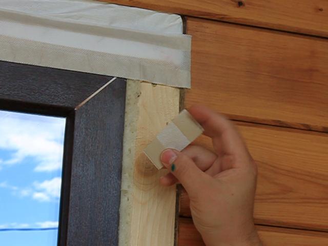 Наклейка ленты на пластиковое окно